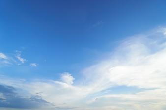 O céu é azul brilhante. Há nuvens flutuando. Sinta-se relaxe