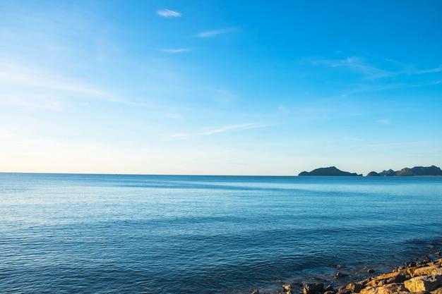 O céu e o mar no verão