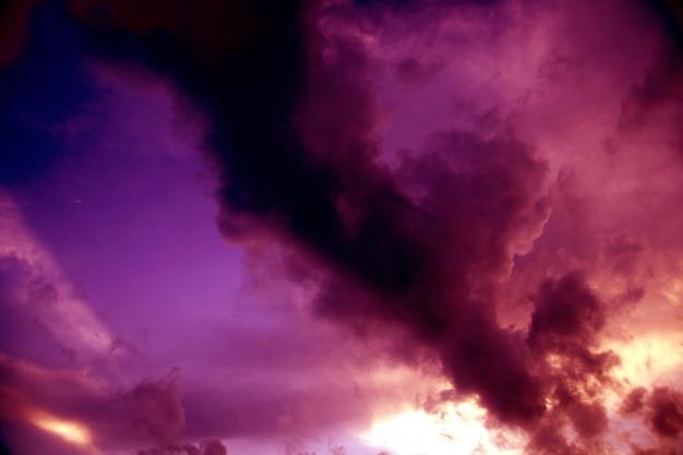 O céu escureceu.