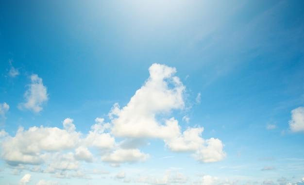 O céu está claro e as nuvens são lindas.