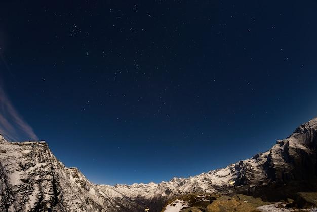 O céu estrelado acima dos alpes, vista de olho de peixe de 180 graus