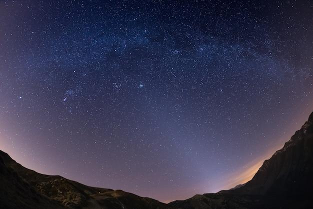 O céu estrelado acima dos alpes
