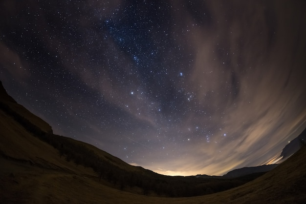O céu estrelado dos alpes, visto pela lente olho de peixe