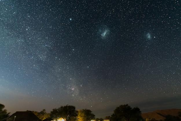 O céu estrelado e as majestosas nuvens de magalhães, excepcionalmente brilhantes, capturadas na áfrica.