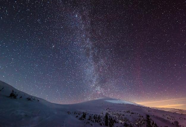 O céu mágico estrelado com neblina rosa
