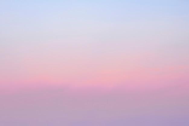 O céu natural turva o fundo gradiente rosa-azul.