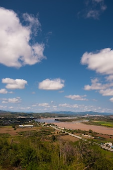O céu tem nuvens e o mekong river.sky e cloud.white clouds. aldeia perto do rio. rio de ordem. fronteira do rio com a tailândia e o laos. chiang saen, chiang rai.