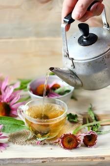 O chá está saindo da chaleira. chá echinacea.