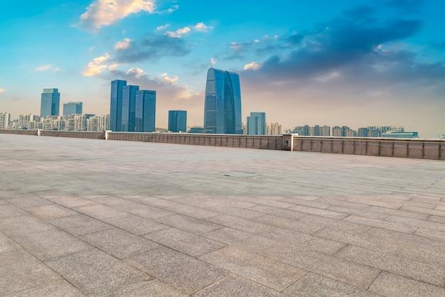 O chão de mármore vazio e a cidade de suzhou.