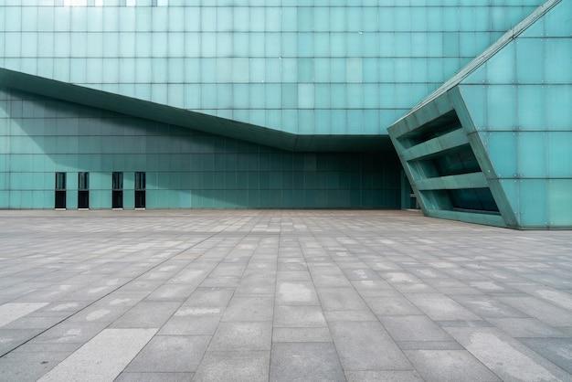 O chão vazio da praça e as paredes externas dos edifícios modernos
