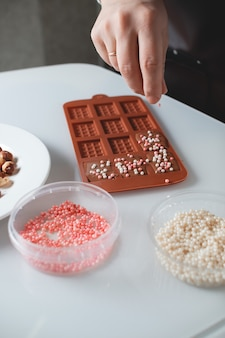 O chef confeiteiro está fazendo chocolate