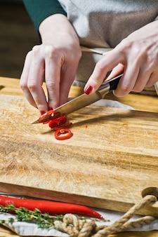 O chef corta a pimenta do chile