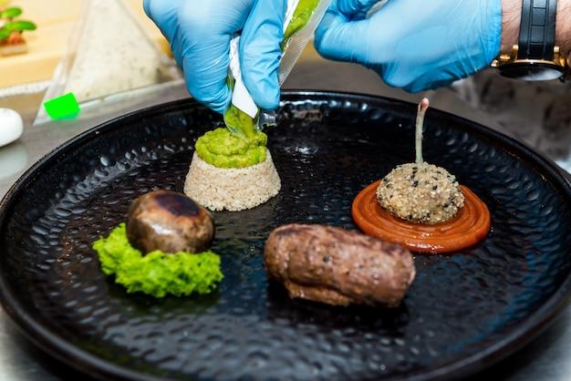 O chef do restaurante prepara um prato