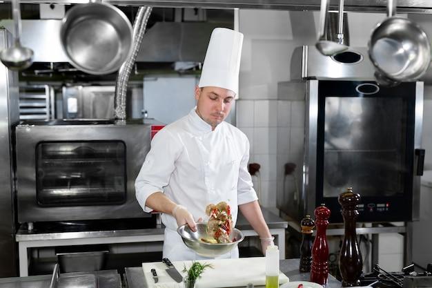O chef marina o camarão antes de fritar