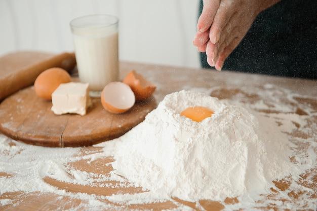 O chef prepara a massa - o processo de fazer massa na cozinha