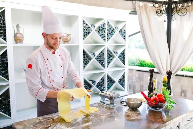 O chef prepara a pasta para os visitantes.