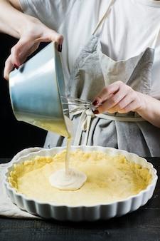 O chef prepara um bolo em uma assadeira.