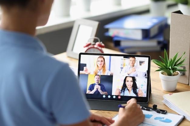 O chefe da empresa realiza reunião online com funcionários por meio do conceito de trabalho remoto de videochamada