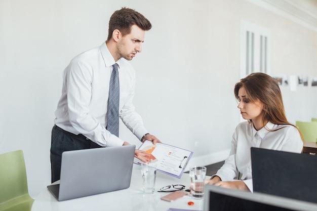 O chefe não gosta do trabalho feito por seu subordinado e está com raiva dela com os colegas