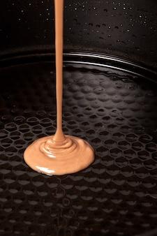 O chocolate ao leite flui na forma
