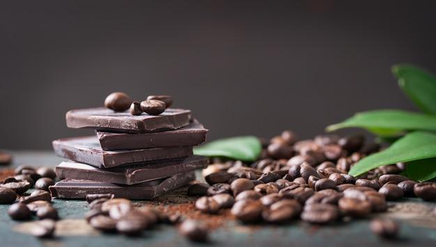 O chocolate escuro com grãos de café