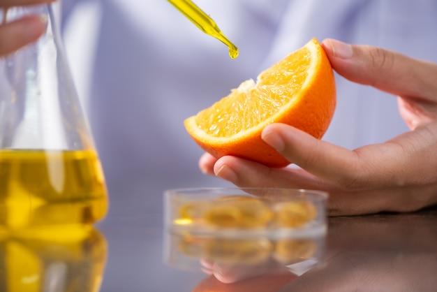 O cientista, doutor, faz a medicina alternativa da erva com o natural orgânico natural
