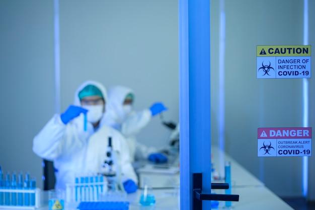 O cientista está testando e pesquisando no conceito de laboratório, ciência e tecnologia de saúde