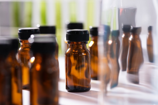 O cientista testa o extrato de produto natural, óleo e solução de biocombustível
