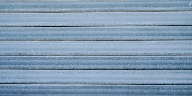 O cinza velho resistiu à porta de aço oxidada azul textura abstrata do fundo do metal do cinza
