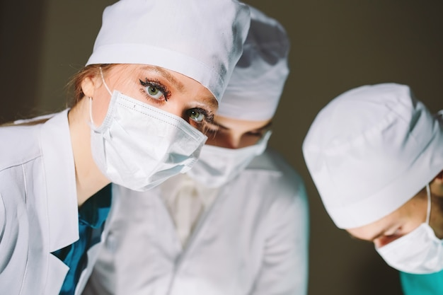 O cirurgião faz uma operação.