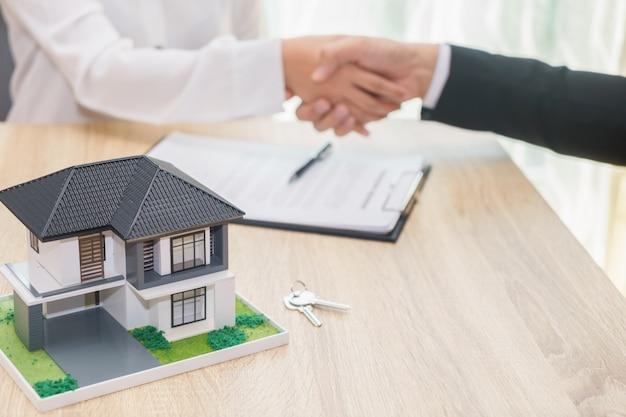 O cliente ou a mulher dizem sim para assinar o contrato de empréstimo para comprar o conceito home novo