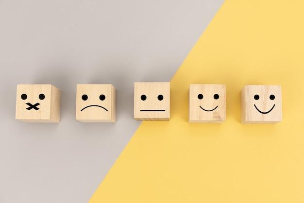 O cliente pode escolher um rosto feliz. serviço, pesquisa, taxa, conceito de comunicação de feedback