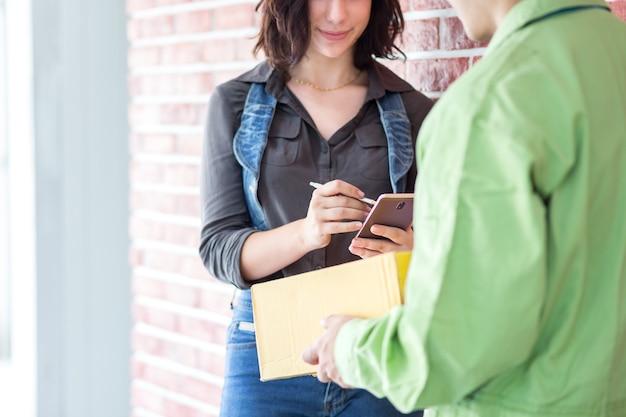 O cliente recebe a caixa do pacote de compras na entrega do mensageiro