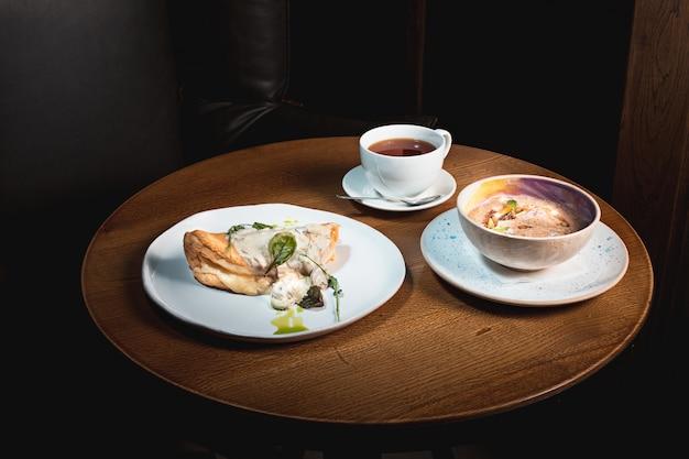 O close de um prato com uma tortilla de patatas típica, omelete espanhola, em uma mesa