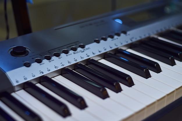 O close do teclado de piano. instrumento musical