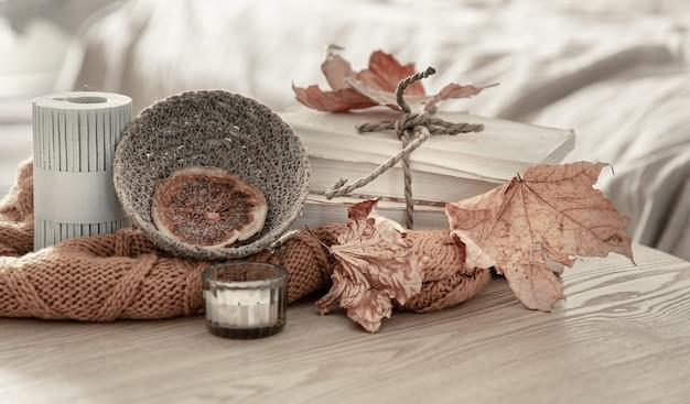 O close-up ainda exibe detalhes de decoração de outono no interior da sala.