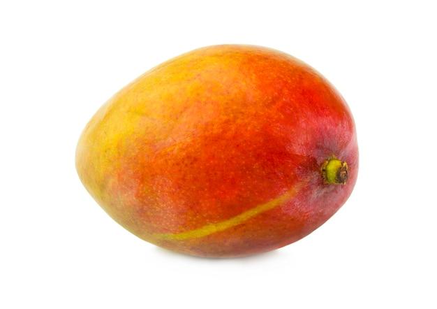 O close up da fruta da manga no fundo branco