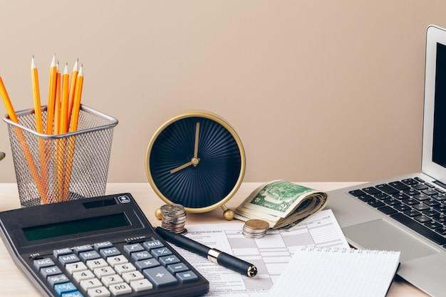 O close-up de documentos contabilísticos com moedas de dinheiro