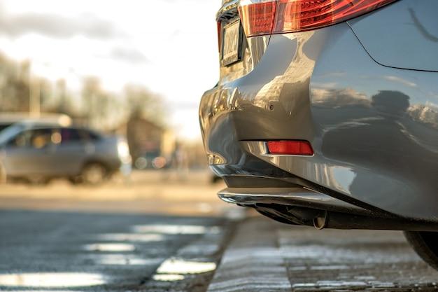 O close up de um carro moderno estacionou em um lado de uma rua da cidade.
