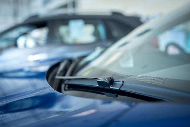 O close-up de um limpador de para-brisa ou limpador de para-brisa é um dispositivo usado para remover chuva, neve, gelo e detritos de um para-brisa ou para-brisa. carros novos estacionados no showroom