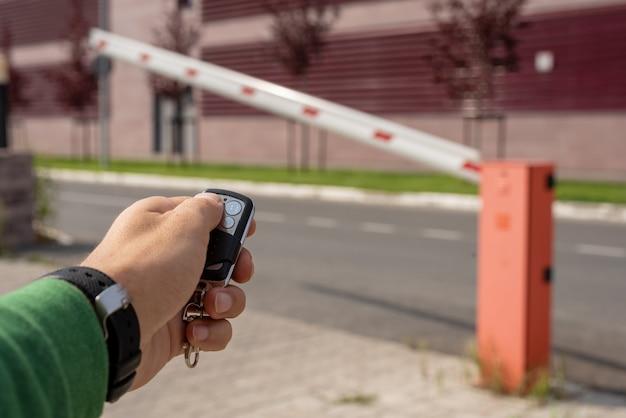 O close-up de uma mão masculina com chaveiro de uma barreira abre jornada