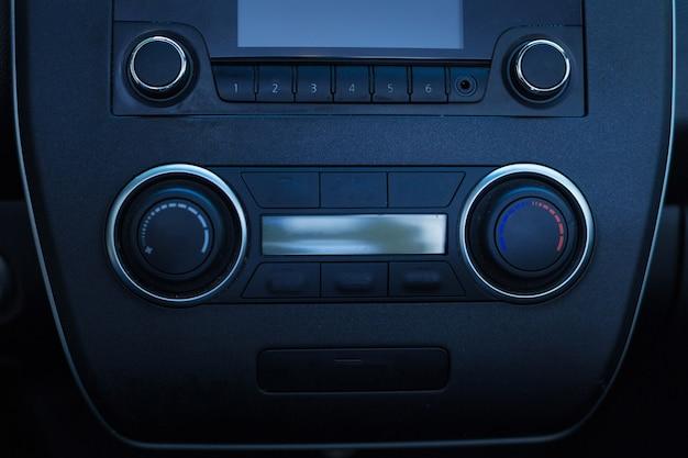 O close up de uma unidade de cabeça preta elegante de um carro com um sistema de som estéreo sendo integrado
