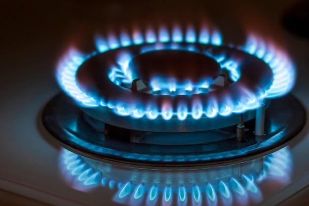 O close up disparou do fogo azul do fogão de cozinha doméstico. forno a gás.