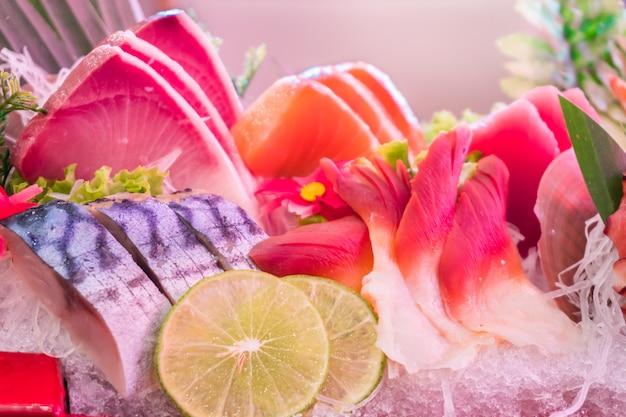 O close up do alimento de mar ajustou-se com os mariscos dos peixes e do calamar da mistura no gelo.
