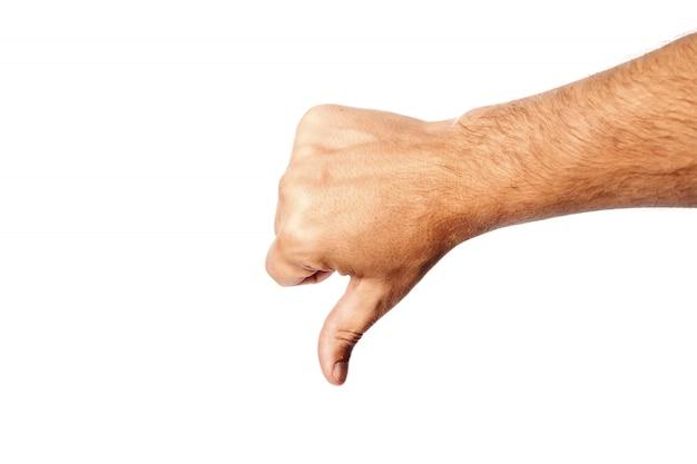 O close-up masculino da mão no branco mostra o gesto de mão, dedo para baixo. isolar.