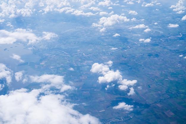 O cloudscape do scape do céu do avião aéreo disparou de nuvens azuis.