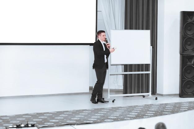 O coach conduz treinamento de negócios com os funcionários