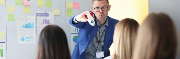 O coach de negócios oferece treinamento sobre início rápido nos negócios