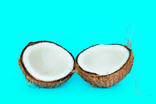 O coco é dividido em duas partes.