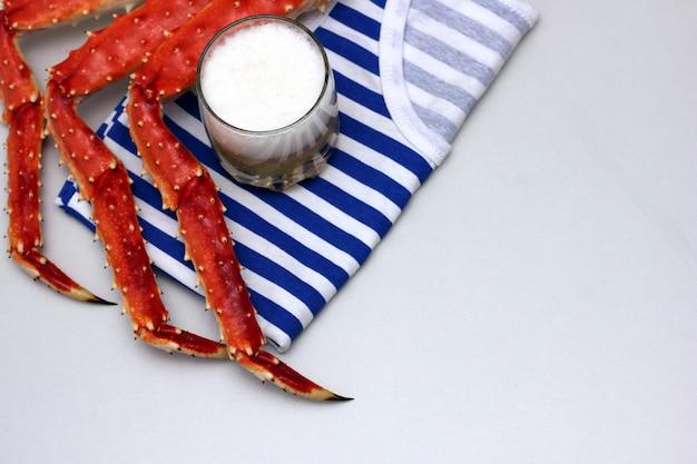 O colete listrado e as pernas cozidas do caranguejo-rei kamchatka.